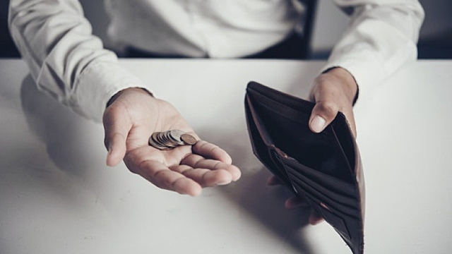 Кладем монетку у двери: как избавиться от финансовых проблем с помощью всего одного ритуала