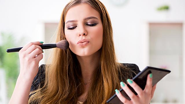 Психолог: «Характер женщины можно узнать по макияжу»