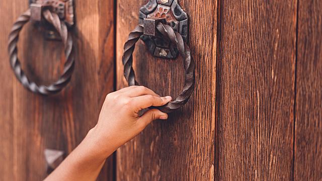 Что нужно прошептать двери, чтобы впустить в дом богатство