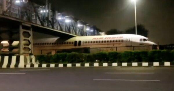 ВИндии авиалайнер застрял поддорожным мостом: видео