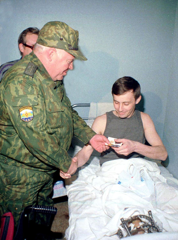 Виктор Казанцев вручает награду старшему лейтенанту милиции УВД Белгородской области Василию Меринкову в Волгоградском гарнизонном госпитале, 2000 год