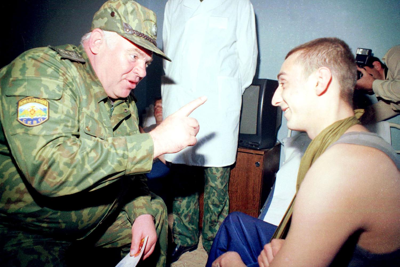 Виктор Казанцев беседует с с раненным в Чечне бойцом после вручения ему награды, 2000 год