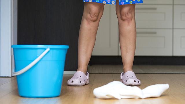 Почему нельзя мыть пол тряпками из старой одежды