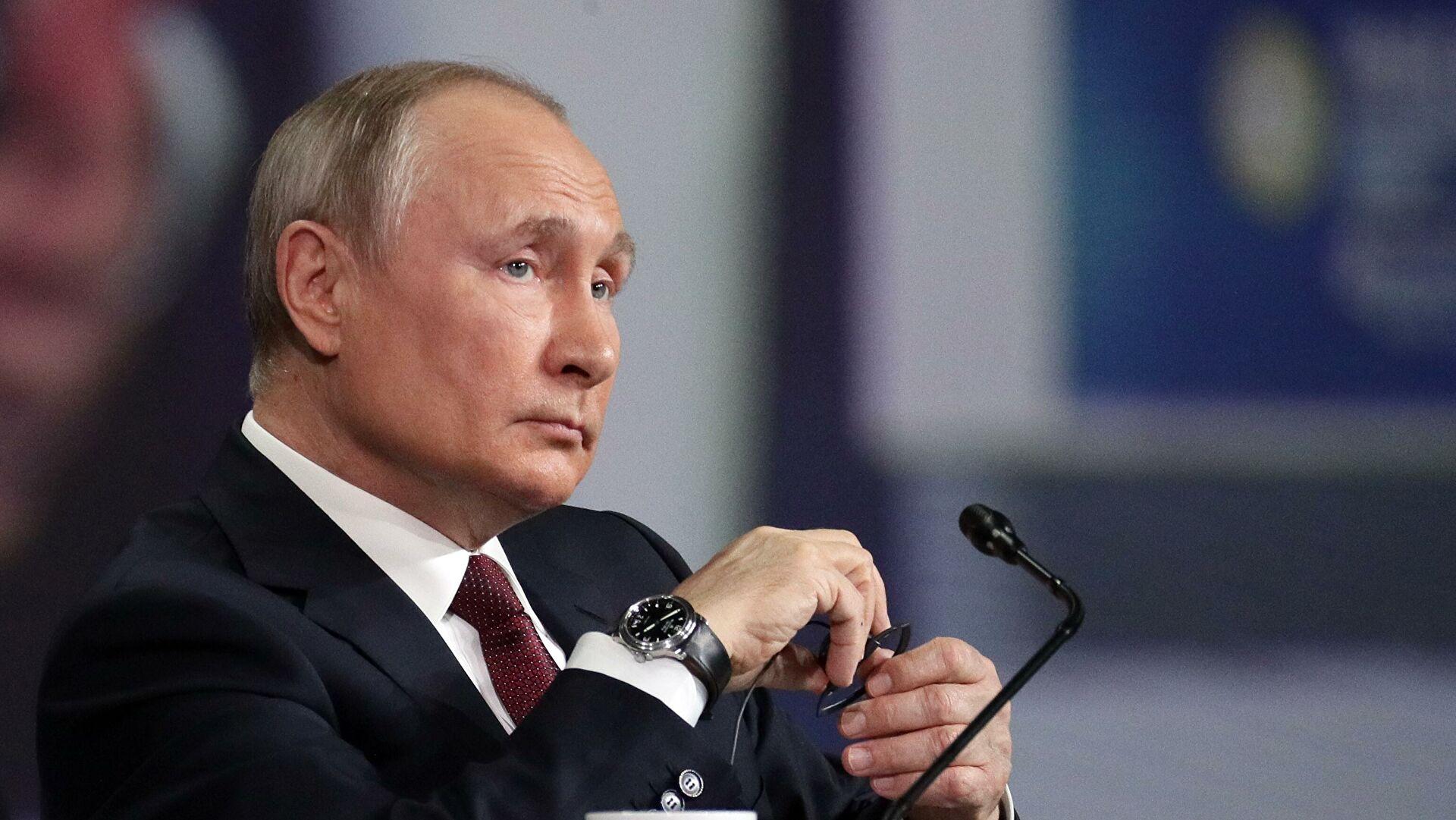 Песков объяснил, почему Путин неносит военную форму
