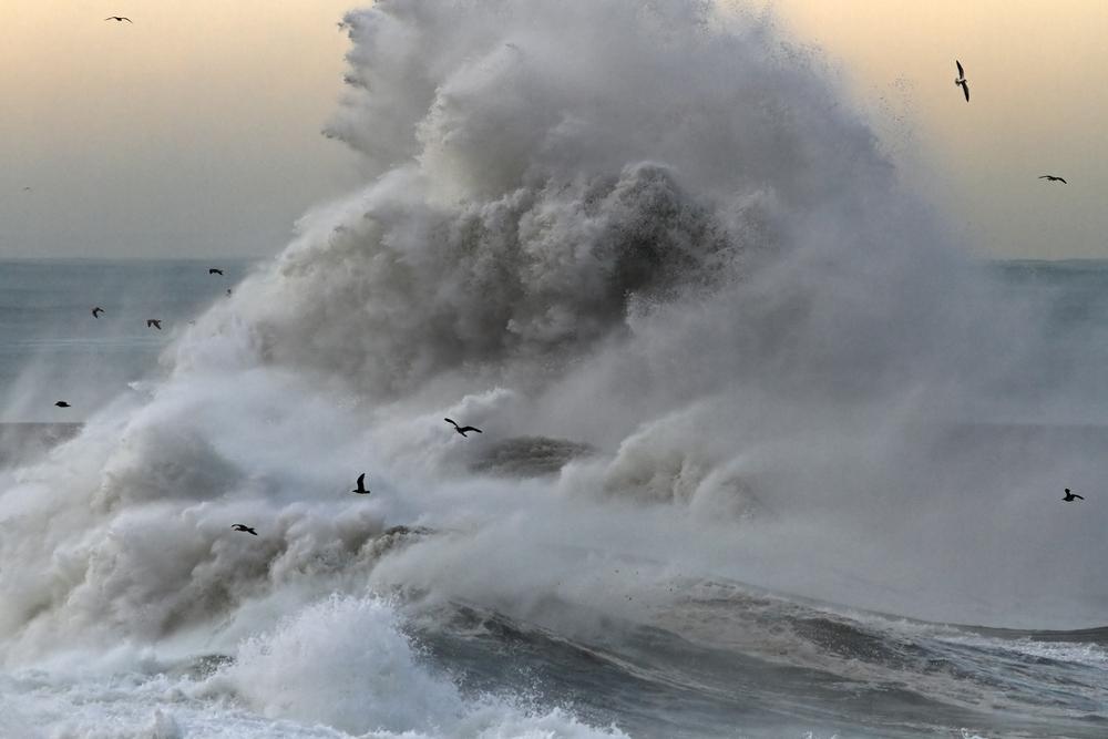 Спасение туристки вовремя шторма вЧерном море попало навидео&nbsp