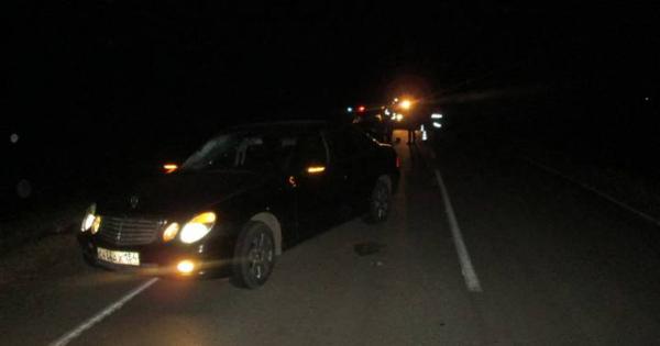 Сибиряк погиб на лобовом стекле Mercedes под Тогучином