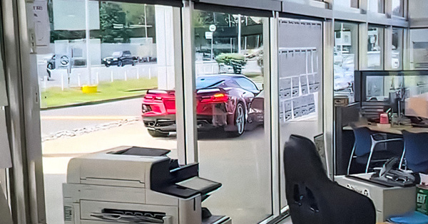 Видео: новый Chevrolet Corvette угнали прямо из дилерского центра