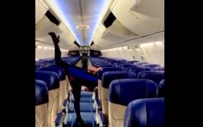 Стюардесса продемонстрировала мастерство вшпагате, закрыв полки самолета&nbsp