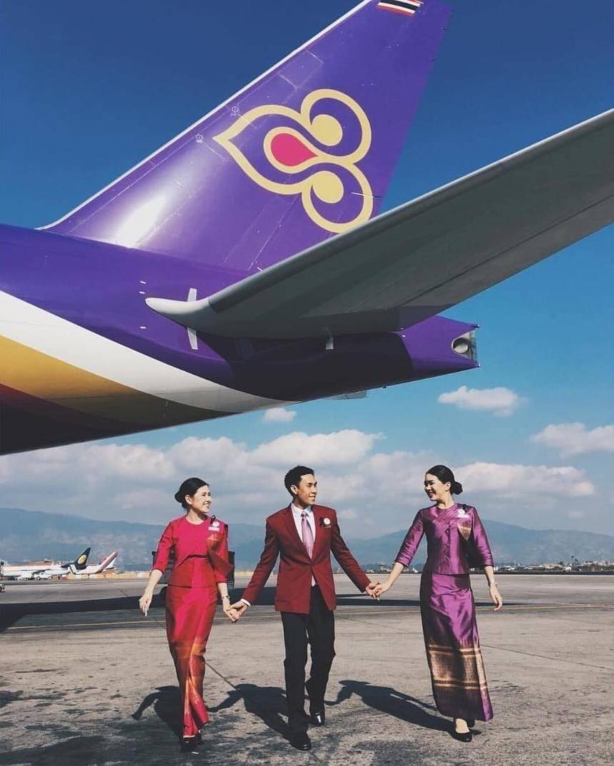 Thai Airways. Стюардессы приветствуют пассажиров в традиционных платьях, а затем переодеваются в удобные костюмы.