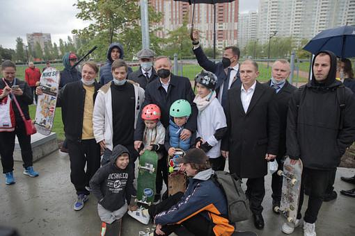 Беглов иМихаил Романов открыли спортплощадку соскейт-парком вСанкт-Петербурге