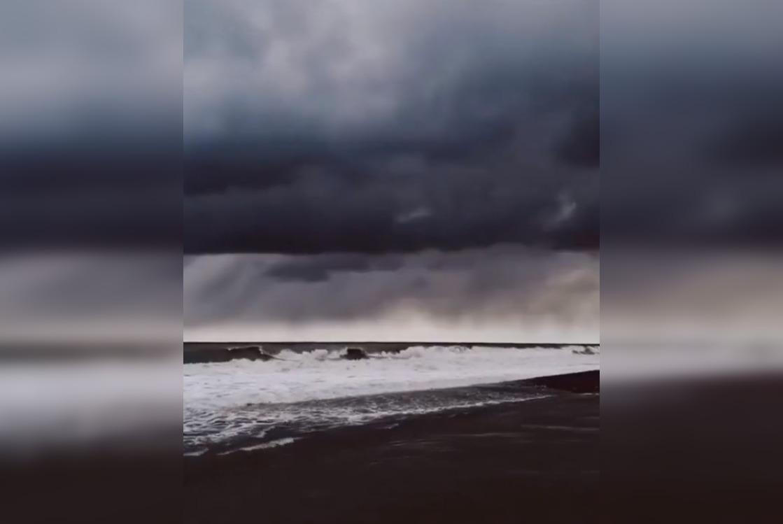 Мощный шторм вСочи засняли навидео — Рамблер/путешествия