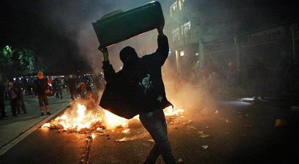 ВБразилии митингующие подожгли супермаркет, вкотором досмерти забили посетителя