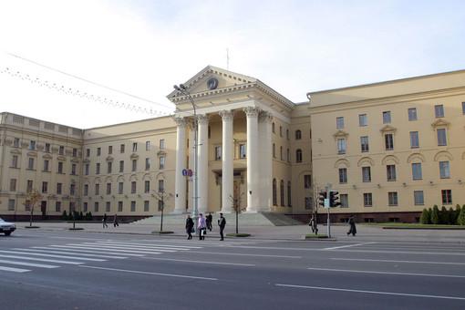 Кзданию КГБ вМинске люди начали приносить цветы впамять опогибшем сотруднике