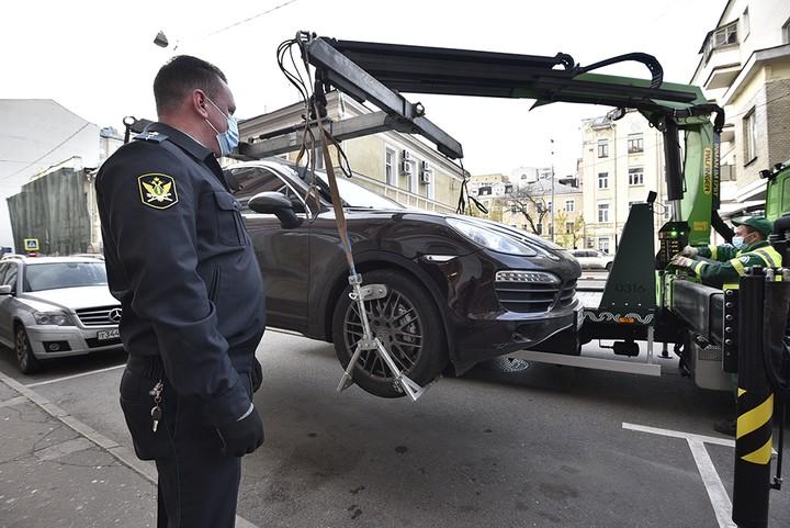 Юрист объяснил, когда приставы могут забрать машину за чужие долги