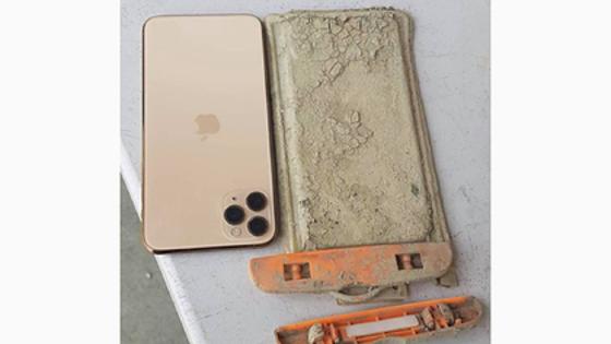 Турист уронил в озеро телефон и спустя год нашел его в идеальном состоянии