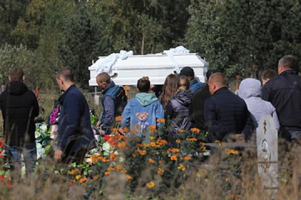 Убитых вКиселевске школьниц похоронили