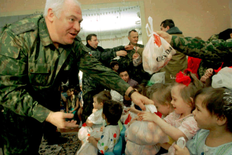 Виктор Казанцев вручает подарки воспитанникам детского дома № 2 в Ростове-на-Дону, 1998 год