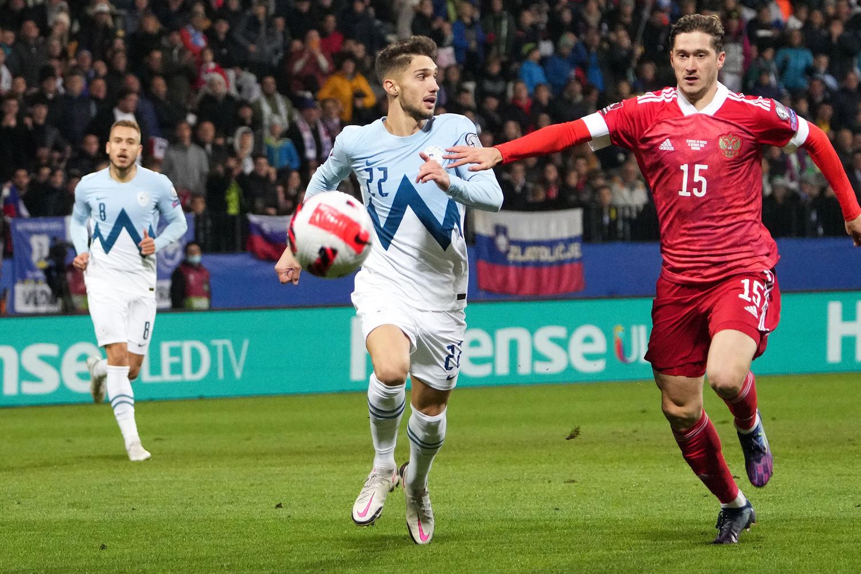 Слева направо: Адам Черин (Словения) и Алексей Миранчук (Россия) в матче отборочного этапа чемпионата мира по футболу 2022 года между сборными командами Словении и России, 11 октября 2021 года