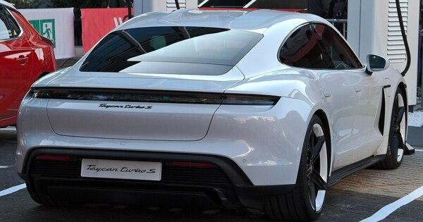 Электромобиль Porsche впервые обогнал по продажам культовый спорткар 911