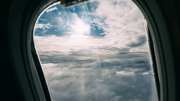 Стюардесса предупредила об опасности сидения у окна в самолете