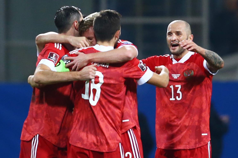 Игроки сборной России радуются голу в матче отборочного этапа чемпионата мира по футболу 2022 года между сборными командами Словении и России, 11 октября 2021 года