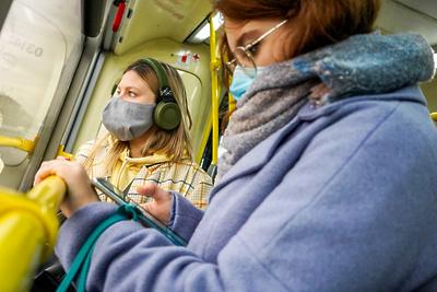Более 35 тыс. москвичей оштрафовали за отсутствие масок и перчаток в транспорте за 3 недели