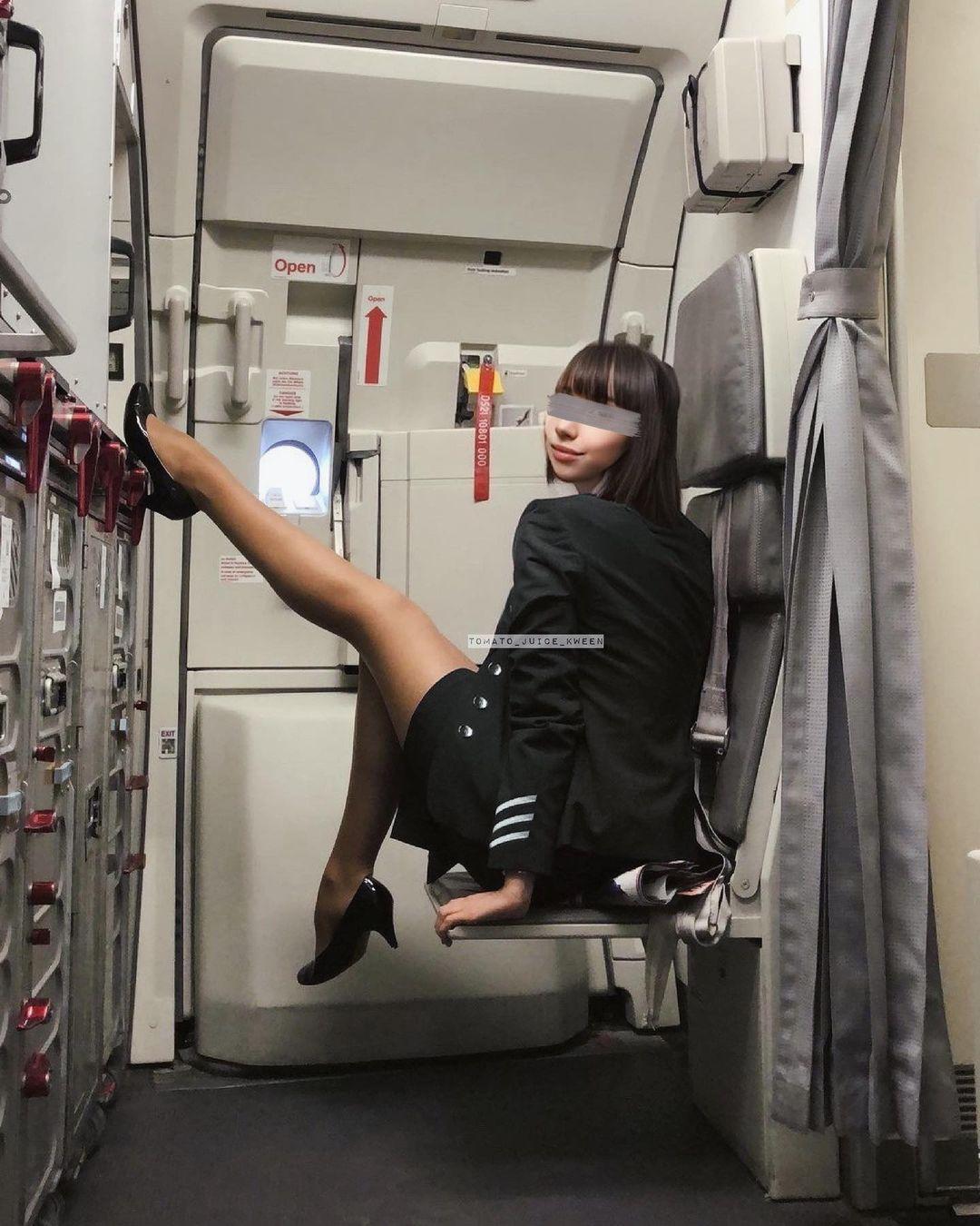 Посты стюардессы набирают сотни лайков, а в комментариях пользователи восхищаются ее внешностью.