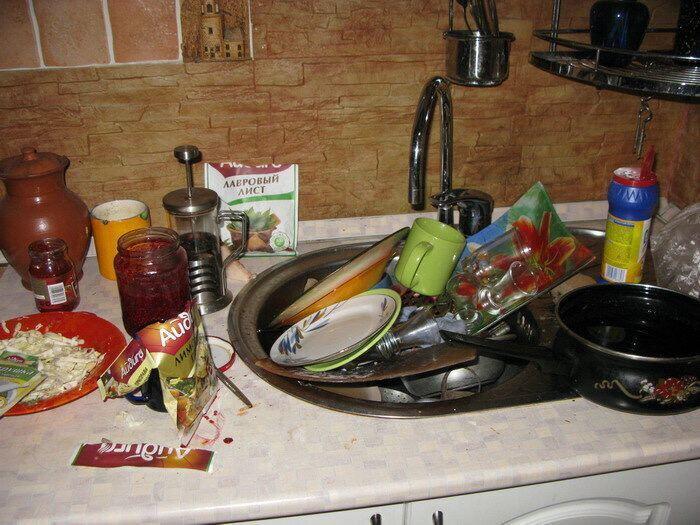 Самая распространенная проблема кухонь — это их захламленность. Постарайтесь не выставлять все предметы на столешницу, а максимально разложить их по шкафам.