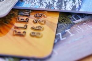 На 5% за год выросла доля безналичных платежей в России