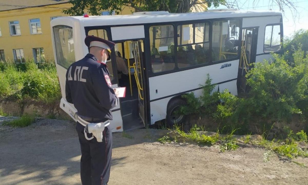 «Отказали тормоза»: автобус протаранил остановку вСвердловской области