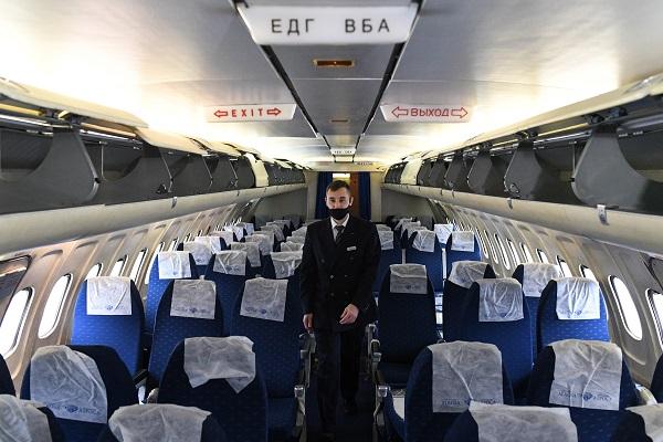 Стюардесса станцевала вмини-юбке впроходе самолета — Рамблер/путешествия