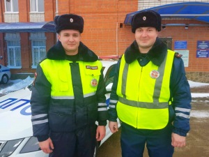 В Ейском районе сотрудники Госавтоинспекции оказали помощь водителю забуксовавшего на трассе пассажирского автобуса