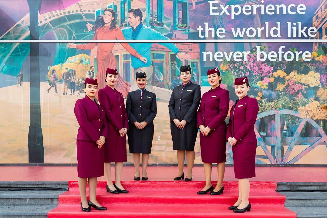 Qatar Airways. Стюардессы сами выбирают, лететь в брюках или юбке, а также носят с собой две пары обуви — на плоской подошве и каблуке.