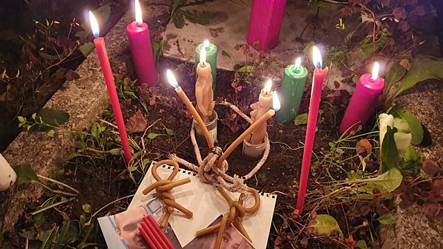 Церковными свечами и ниткой: рассказываю, как моя подруга сняла с себя сильнейший приворот
