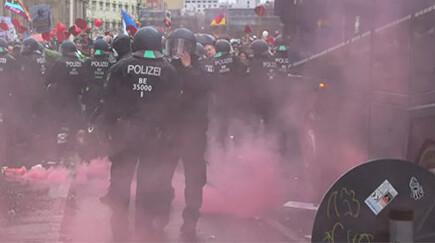 Демонстранты забросали бутылками полицию в Берлине