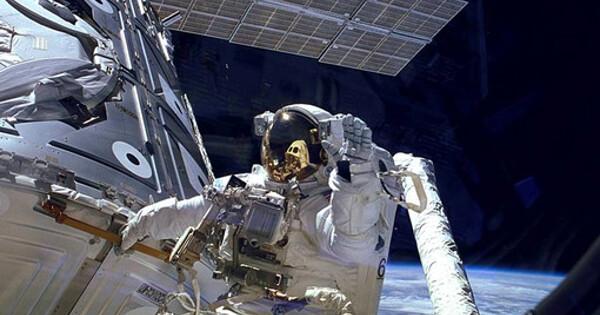 Экипаж Crew Dragon-1закрыл люкперед отстыковкой отМКС