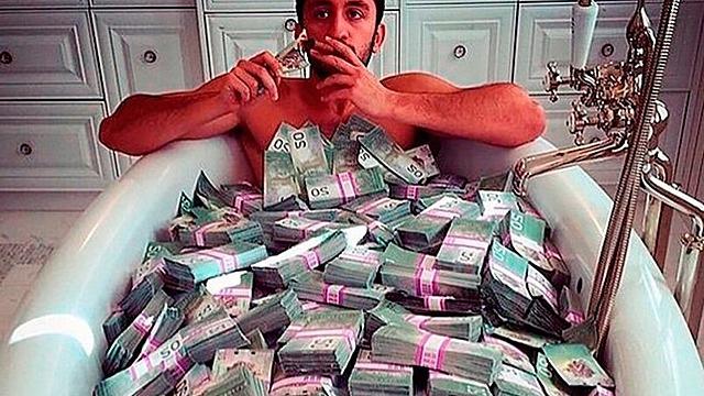 Лопатой гребут: кто всю жизнь притягивает к себе деньги