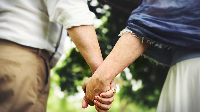Как мужчина невольно показывает женщине, что любит ее